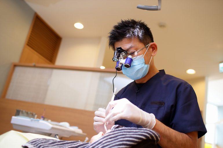 拡大鏡を使用し精密な治療を行います